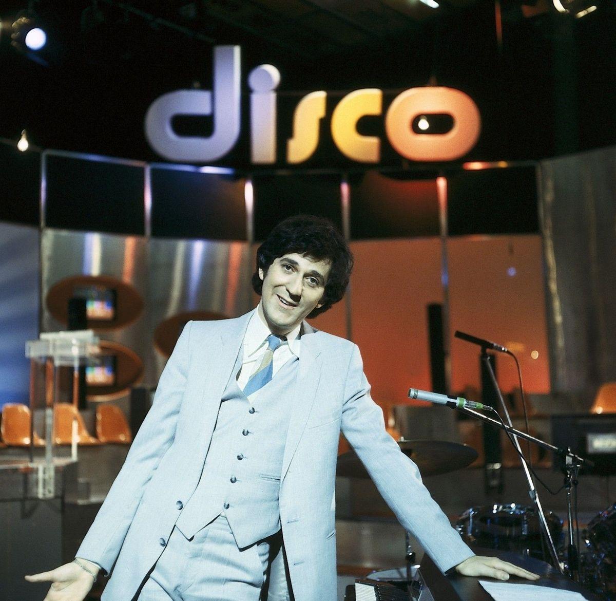 """""""Die 'disco'-Dekoration mit dieser Kanzel, an der Ilja immer stand, hätte ihren Reiz gehabt"""" - aber es wird keine Show mit einer nachgebauten Kulisse geben. Aber immerhin wird wieder eine (zweigeteilte und neu in HD-Sendequalität überarbeitete) lange """"Kultnacht"""" zum Jubiläum der Show mit Ilja Richter ausgestrahlt."""