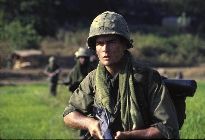 """Schon Oliver Stones erster Welterfolg, das Vietnamkriegsdrama """"Platoon"""", legte den Finger in die Wunden Amerikas. 1986, rund zehn Jahre nach dem Vietnam-Debakel, schickte er Charlie Sheen hinein in die Unmenschlichkeiten des Krieges."""