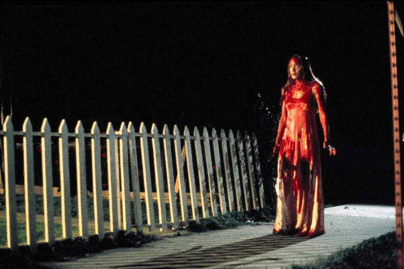 """Seinen Durchbruch verdankte Stephen King 1974 """"Carrie"""" - und seiner Frau Tabitha. Als ihr Mann die Geschichte über eine übersinnlich begabte Außenseiterin schon frustriert verworfen hatte, fischte sie die geschriebenen Seiten aus dem Papierkorb und überzeugte ihn weiterzumachen. Tatsächlich wurde """"Carrie"""" der erste Stephen-King-Roman, der verlegt wurde - mit großem Erfolg."""