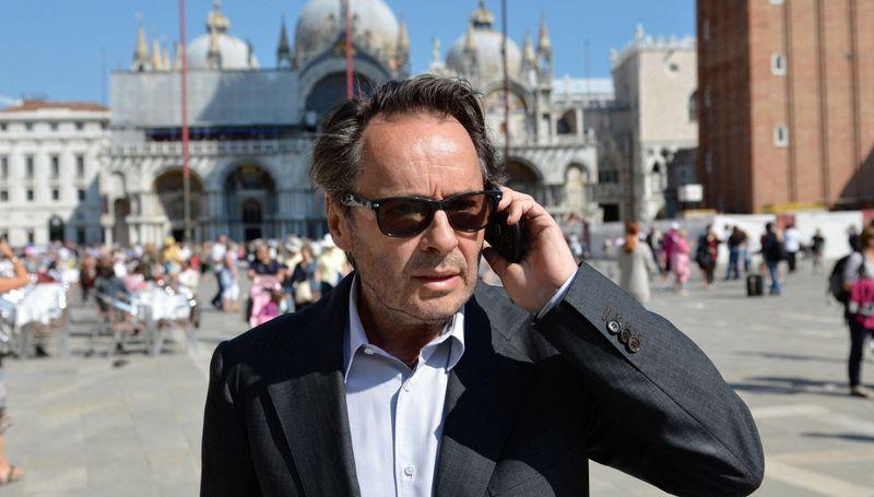 Commissario Brunetti (Uwe Kockisch) muss sich vor seinem neuen Fall mit dem Sohn des Vizequestors Patta, einem frischgebackenen Staatsanwalt, auf dem Markusplatz treffen.