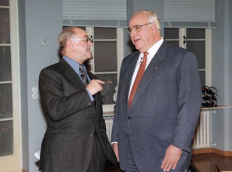 """Talkmaster Alfred Biolek begrüßte 1996 in """"Boulevard Bio"""" Bundeskanzler Helmut Kohl, der erstmals zu Gast in einer Talkshow war."""