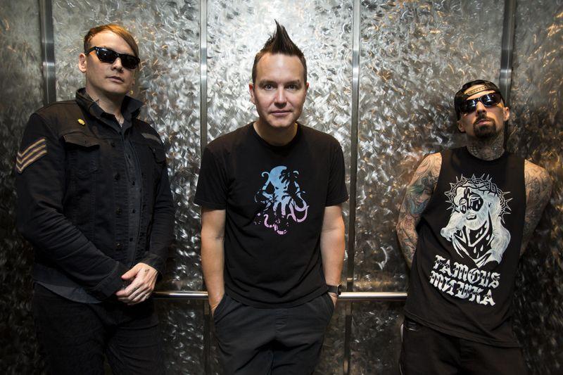 Alkaline-Trio-Frontmann Matt Skiba (links) komplettierte Blink-182 nach Tom DeLonges Abgang 2015 und steht nun gemeinsam mit Mark Hoppus (Mitte) und Travis Barker auf der Bühne.