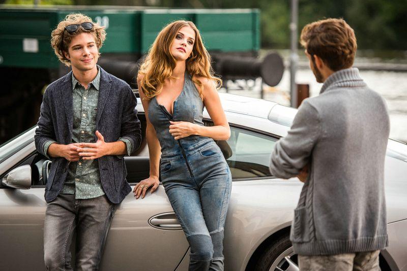 Als Gummipuppe Fixi (Lisa Tomaschewsky) lebendig wird und Tom (Jascha Rust, links) sie stolz als seine Freundin präsentiert, steigt sein Marktwert ungemein.
