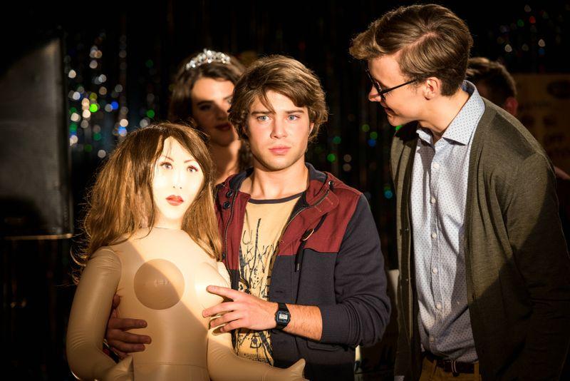 Außenseiter Tom (Jascha Rust, Mitte) wird auf der Abi-Party übel mitgespielt: Er bekommt eine aufblasbare Sexpuppe als Schmäh-Auszeichnung.