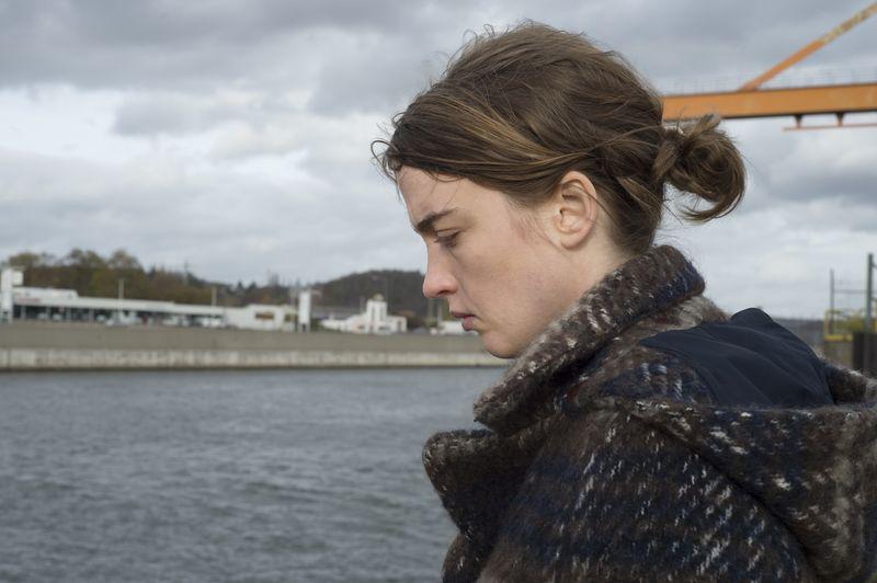 Am Fluss wurde das tote Mädchen gefunden, das in der Praxis von Jenny (Adèle Haenel) Zuflucht suchte, aber nicht fand.