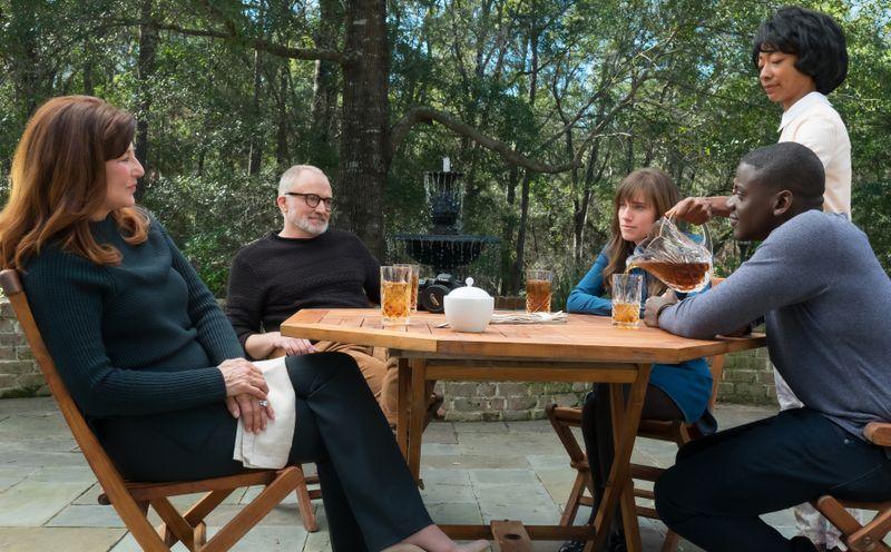 Freund Chris (Daniel Kaluuya) wird am Tisch der Familie Armitage von der schwarzen Hausangestellten Georgina (Betty Gabriel) bedient.