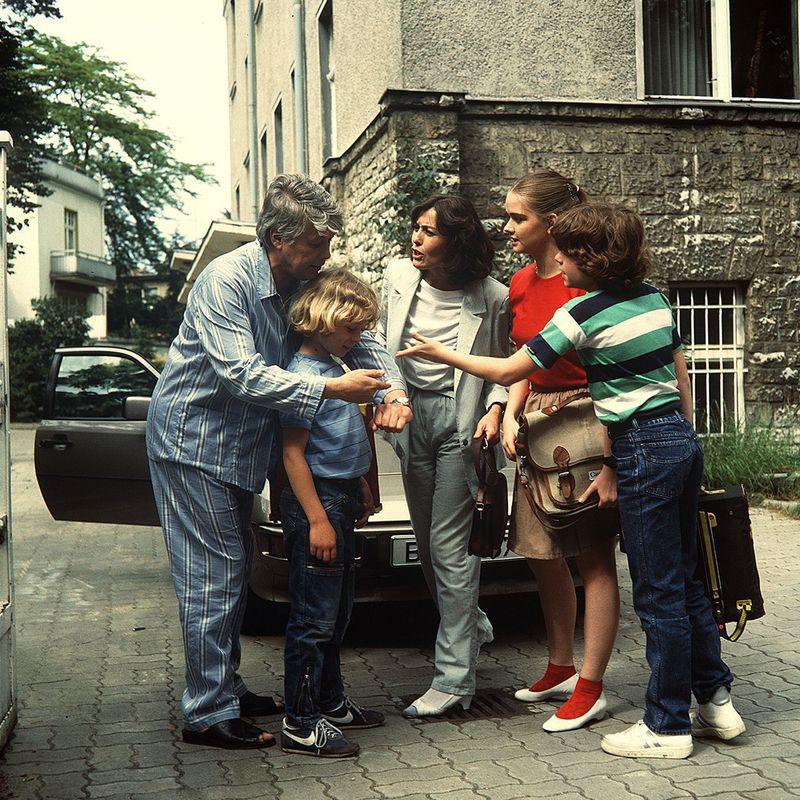 So sah sie aus, die berühmteste deutsche Patchwork-Familie der 80-er, von links: Werner (Peter Weck), Tom (Tarek Helmy), Angi (Thekla Carola Wied), Tanja (Julia Biedermann) und Markus (Timmo Niesner). Der Herr im Pyjama war übrigens nicht nur Hauptdarsteller, sondern auch Regisseur ...