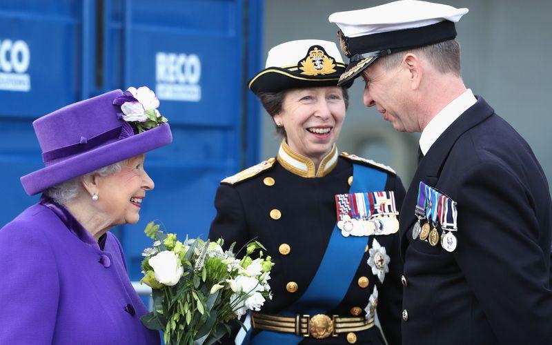 Prinz Charles mag ihr Erstgeborener und damit ihr Thronerbe sein. Doch zum ersten Mal Oma wurde Queen Elizabeth II. 1977 durch ihre Tochter Anne.