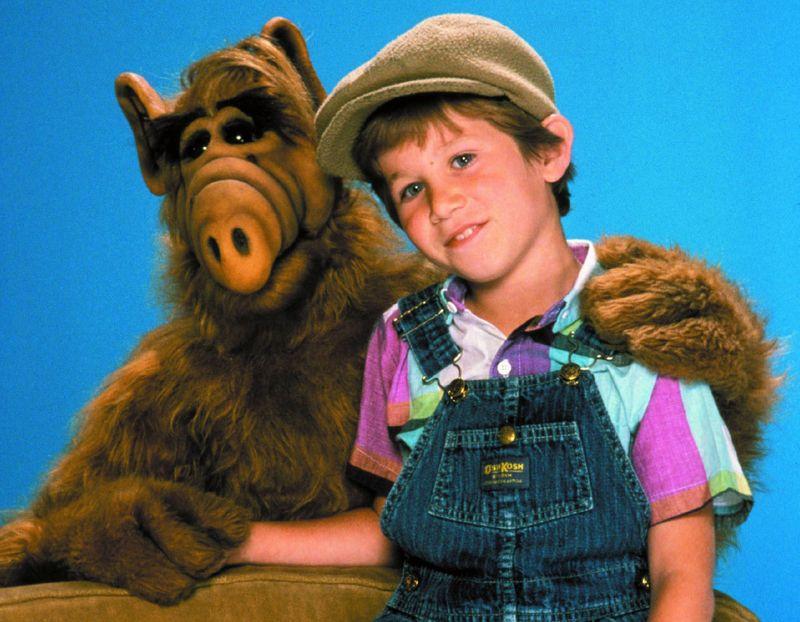 Nachdem Alf auf der Garage der Tanners abgestürzt war, wurden er und Brian (Benji Gregory) zu besten Freunden und Spielkameraden - wenn der Außerirdische nicht gerade versuchte, Familien-Katze Lucky zu fressen ...