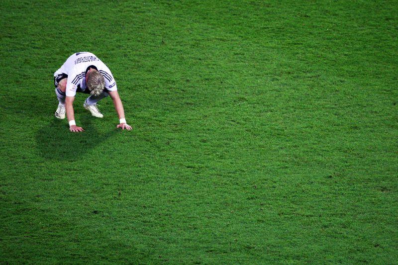 Bastian Schweinsteiger am Boden: Gegen die seinerzeit übermächtigen Spanier setzte es am 29. Juni 2008 im EM-Finale von Wien eine verdiente Niederlage. 28,05 Millionen Fans trauerten live im Ersten mit. Platz 12 im ewigen Quoten-Ranking.