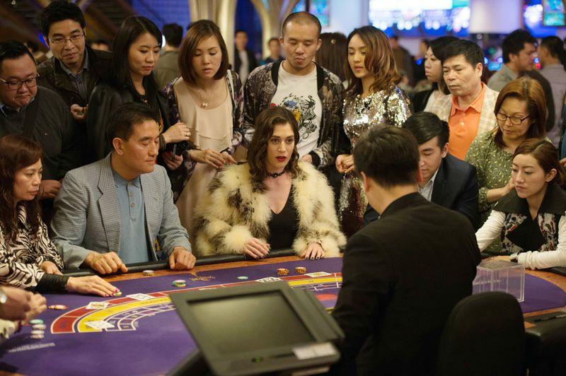 Royal Flush oder Bluff? Die neue Reiterin Lula (Lizzy Caplan, Mitte) will beim Poker absahnen.