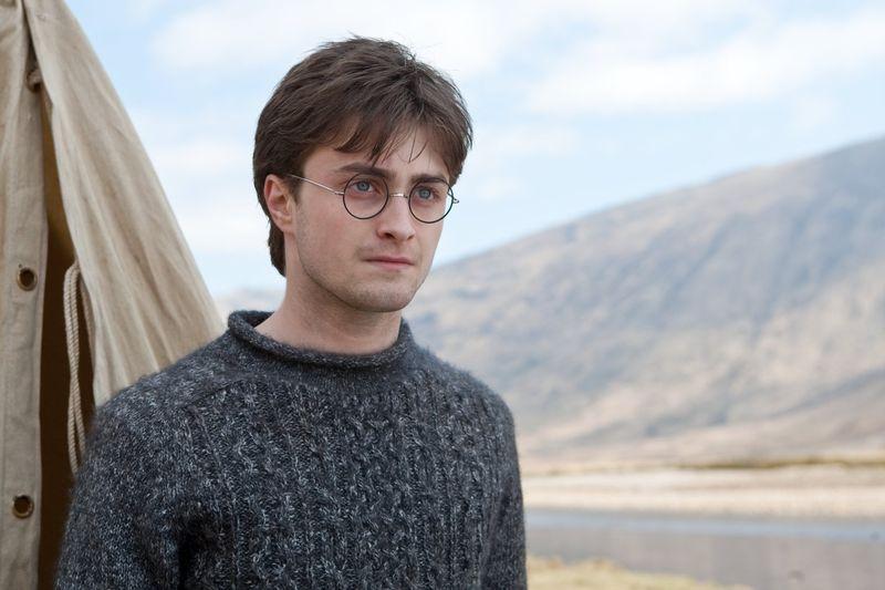 Nachdem Voldemorts Schergen die Macht an sich gerissen haben, müssen Harry Potter (Daniel Radcliffe) und seine Freunde versteckt durch das Land reisen.
