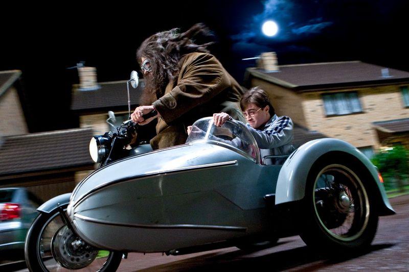 Gemeinsam mit Hagrid (Robbie Coltrane) flieht Harry Potter (Daniel Radcliffe) aus dem Ligusterweg.
