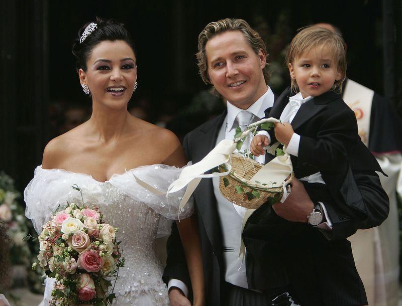 Nach der Blitz-Hochzeit mit Dieter Bohlen ehelichte Werbe-Ikone Verona Pooth im Jahr 2004 den Unternehmer Franjo Pooth, die kirchliche Hochzeit (Bild) fand 2005 statt. Mit dabei war auch schon Sohn San Diego, der 2003 geboren wurde.