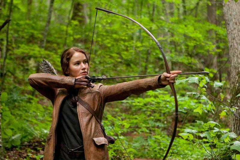 Katniss (Jennifer Lawrence) hat nicht viel zu lachen - auch vor den Hungerspielen nicht: Sie muss im Wald jagen, um ihre Mutter und ihre Schwester zu ernähren.