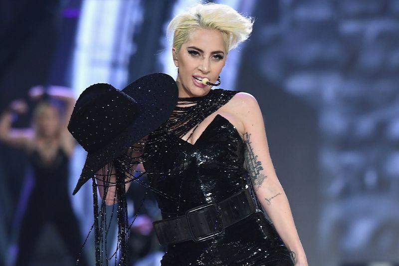 """Lady Gaga besitzt unzählige Tattoos, die sich einst lediglich auf der linken Körperhälfte befanden - aus Respekt vor ihrem Vater: """"Er bat mich, dass ich zumindest auf einer Seite normal bleiben solle und die Verrücktheiten auf die andere Hälfte beschränke."""""""