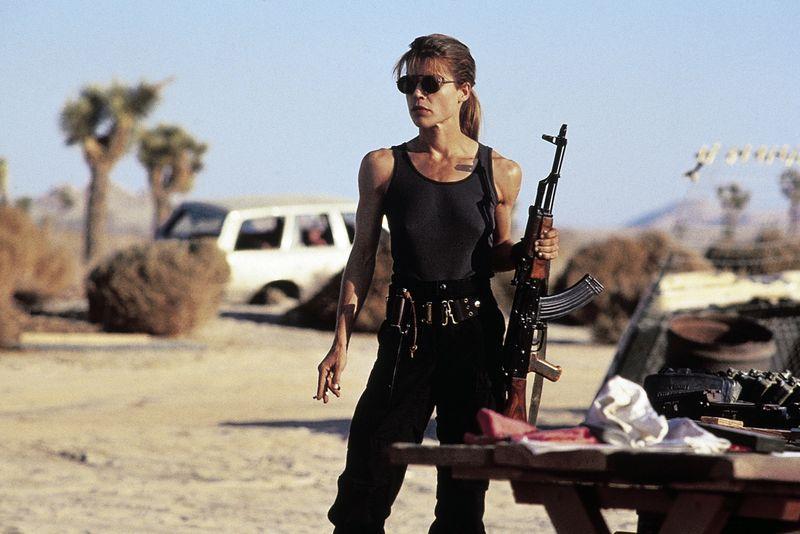 """Da war sogar der einstige """"Mister Universum"""" Arnold Schwarzenegger beeindruckt: Seine Filmkollegin aus """"Terminator 2"""" (1991) tauchte zum Dreh des Sci-Fi-Klassikers mit Muskeln auf, wie man sie bei Frauen sonst nur von Bodybuilding-Wettbewerben kennt. Ein wahrlich starker Auftritt von Linda Hamilton, der in die Filmgeschichte einging."""