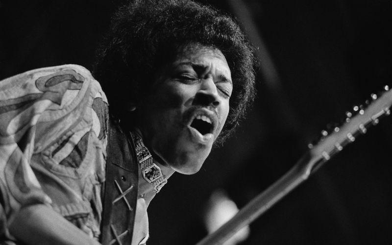 Er war nicht der erste große Gitarrist, hob das Gitarrenspiel aber auf ein völlig neues Level: Auf der Bühne verschmolzen Jimi Hendrix und sein Instrument zu einer untrennbaren Einheit. Wo landet der Virtuose im - natürlich subjektiven - Ranking der besten Gitarristen aller Zeiten?