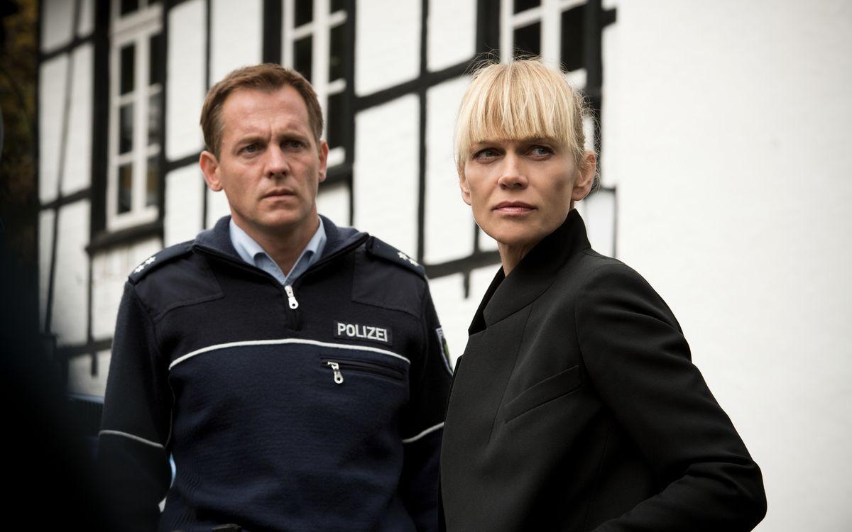 """... die Schauspielerei. Immerhin hat Anna Loos mit """"Helen Dorn"""" (Bild) ihre eigene, erfolgreiche ZDF-Krimireihe. Außerdem nimmt sie regelmäßig Rollen in Fernsehfilmen (zuletzt etwa """"Gefangen im Paradies"""" und """"In Wahrheit: Mord am Engelsgraben"""") an. Und zieht zwei Töchter groß."""
