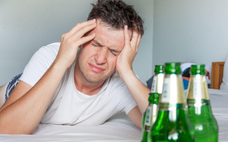 """Wer eine lange und feucht-fröhliche Nacht hinter sich hat und es mal wieder so richtig krachen lassen hat, kennt nur eine Frage: Was hilft schnell und effektiv gegen die stechenden Kopfschmerzen? Was soll ich zum """"Katerfrühstück"""" essen? Wir verraten Ihnen, welche Lebensmittel dabei nicht fehlen dürfen."""
