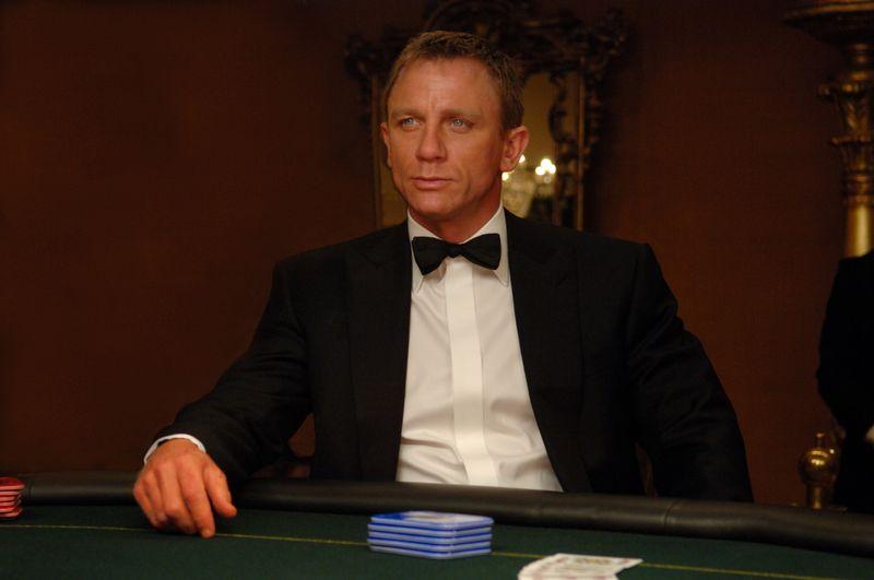 Gerade erst hat er den Doppel-Null-Status erhalten und somit die Lizenz zum Töten: James Bond (Daniel Craig) weiß dieses Privileg frühzeitig zu nutzen.