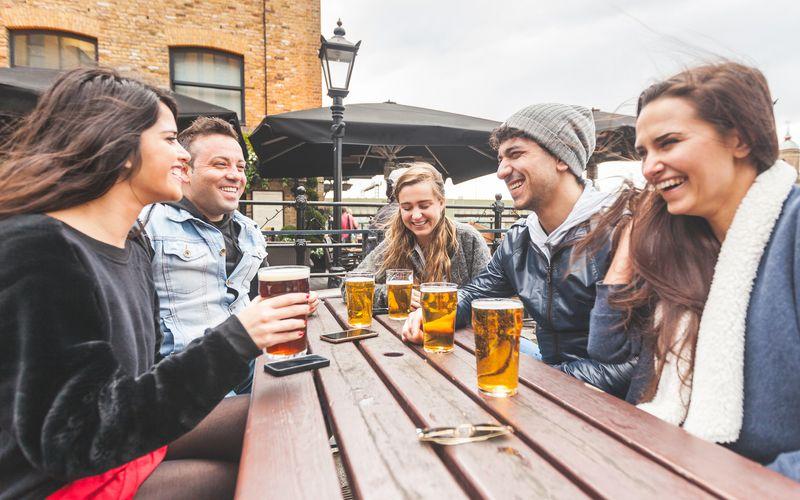 Es gibt zahlreiche gängige Sprüche zum Thema Alkohol, die sich inzwischen in der Gesellschaft durchgesetzt haben: Bier auf Wein sollte man besser sein lassen, durcheinander gemischte Getränke machen schneller betrunken und Frauen spüren den Alkohol schneller als Männer. Aber ist das alles wirklich wahr - oder völliger Unsinn? Wir klären auf!