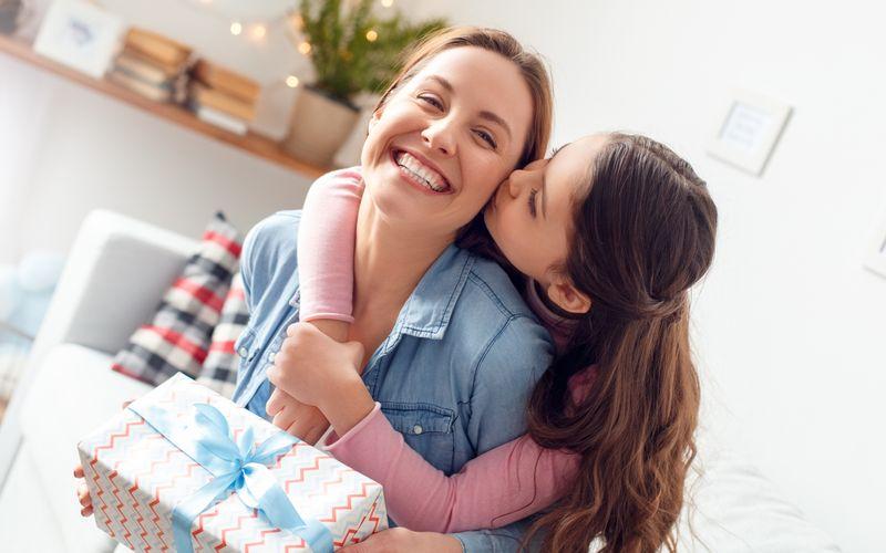 Am 9. Mai ist Muttertag - die perfekte Gelegenheit, der eigenen Mama zu sagen, wie toll sie ist. Dabei müssen es gar nicht immer Geschenke sein: Mütter freuen sich besonders über gemeinsame Zeit - ein vorbereitetes Frühstück, ein Ausflug, Quality Time mit ihren Lieben. Doch warum feiern wir eigentlich den Muttertag? Unsere Galerie erklärt die spannendsten Fakten.