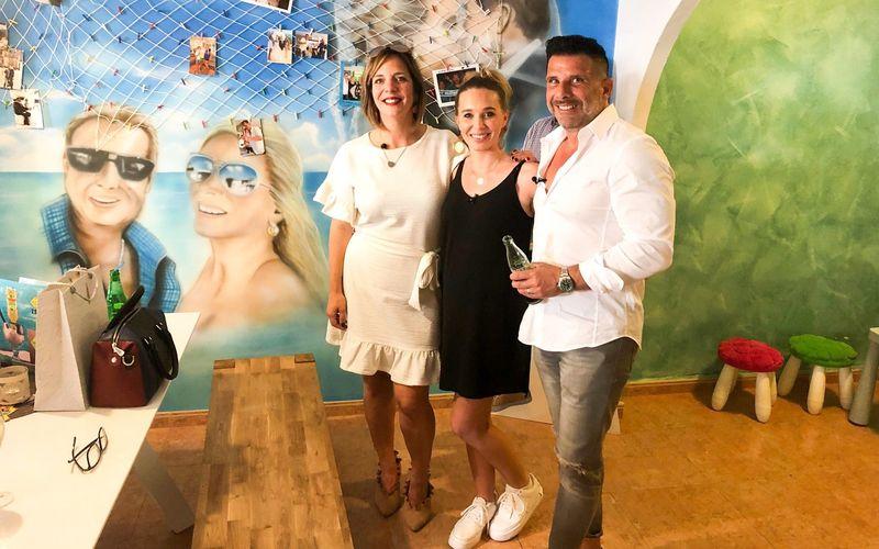 """So sah das """"Faneteria"""" vor der Streichaktion aus: Danni Büchner (links) posierte für """"Goodbye Deutschland"""" (VOX) zusammen mit Tamara und Marco Gülpen vor dem Gemälde."""