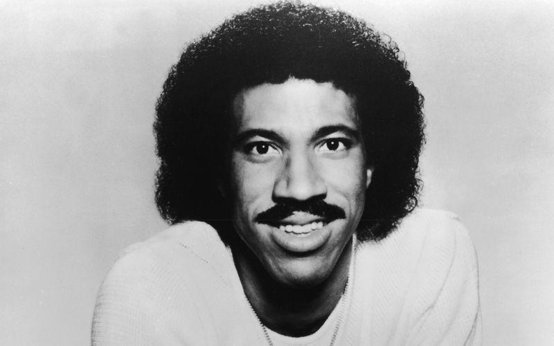 Mit fast 100 Millionen verkauften Tonträgern ist Lionel Richie einer der erfolgreichsten Musiker der Popgeschichte. Dabei wäre es fast nicht so weit gekommen: Richie war in der Highschool nämlich ein begnadeter Tennisspieler, was ihm sogar ein Stipendium einbrachte. Doch an der Tuskegee University kam es zu einer schicksalhaften Begegnung ...