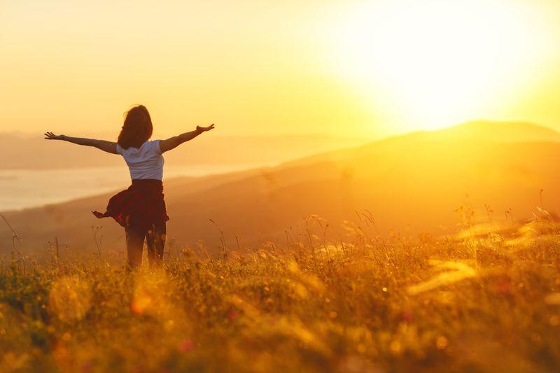 """Seit Anbeginn der Zeit orientiert sich das menschliche wie auch tierische Leben auf unserem Planeten am Licht der Sonne und dem Lauf von Tag und Nacht. Kein Wunder also, dass die Sonne auch einen großen Einfluss auf den """"Zirkadianen Rhythmus"""" hat: Leben wir im Einklang mit unserer inneren Uhr, fühlen wir uns vitaler und gesünder. Die Galerie zeigt, worauf es ankommt."""