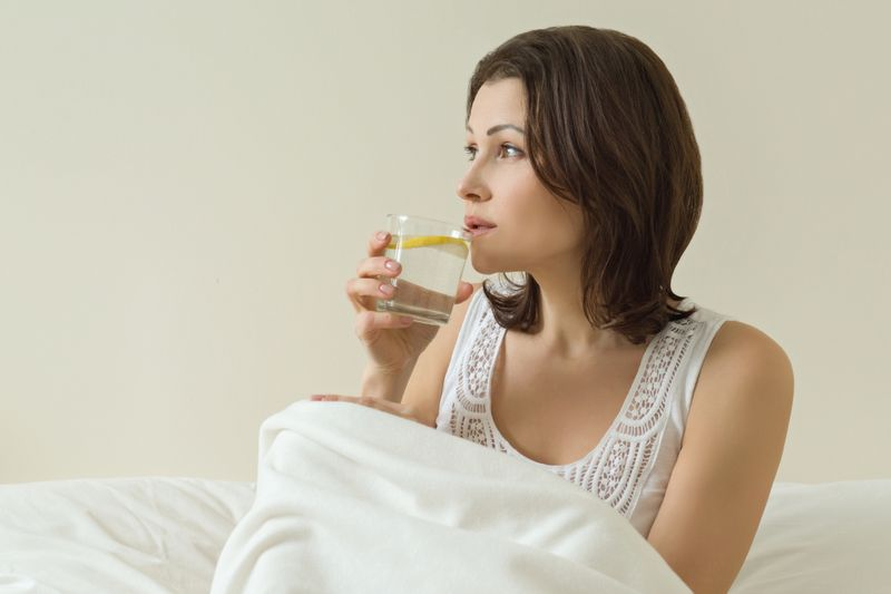 Nichts ist für unseren Körper so wichtig, wie ausreichende Flüssigkeitszufuhr. Beginnen Sie Ihren Tag also am besten mit einem großen Glas lauwarmem Wasser, gemischt mit etwas Zitrone, Limette, Minze, Ingwer oder Apfelessig. Das beugt Dehydrierung vor, reinigt den Körper von angestauten Giftstoffen und regt die Verdauung an.