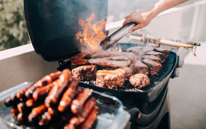 Sie kennen die Klassiker beim Grillabend: Burger, Steak, Bratwurst und dazu ein üppiger Kartoffelsalat. Spätestens wenn der Duft sich verbreitet, ist die Vorfreude groß - doch beim zweiten Nachschlag meldet sich auch schon das schlechte Gewissen. Von den zusätzlichen Kilos auf der Waage ganz zu schweigen. Mit diesen Rezepten brauchen Sie sich keine Gedanken nach dem Grillabend zu machen. Und keine Angst: Es wird trotzdem ausgesprochen lecker!