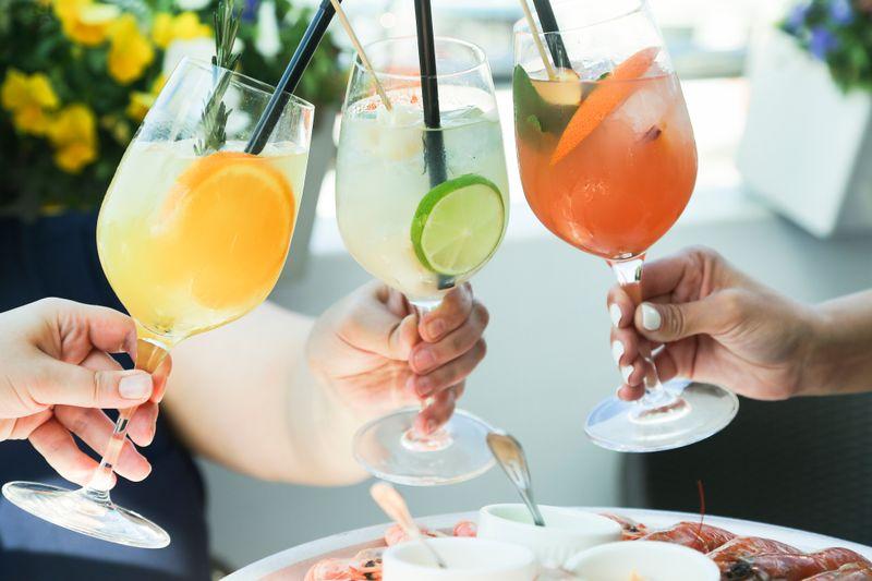 Limetten, Beeren, Minze: Aus einem frischen Sommerdrink sind diese drei Zutaten kaum wegzudenken. Doch welche Getränke, ob mit oder ohne Alkohol, lassen sich daraus zaubern? Die Galerie präsentiert Ihnen kreative Rezepte.