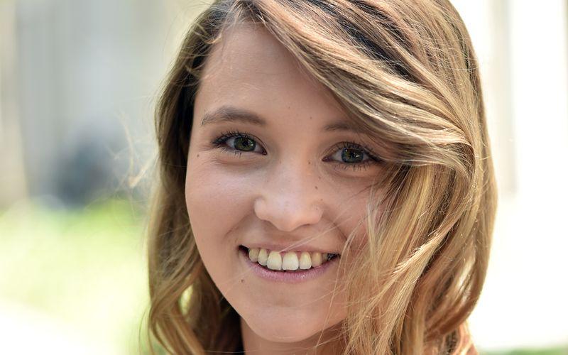 """Jungschauspielerin Janina Fautz ist gut im Geschäft, seit sie mit neun Jahren ihre erste Kinderfilm-Hauptrolle spielte. Jetzt ist die 25-Jährige im ARD-Wendedrama """"Die unheimliche Leichtigkeit der Revolution"""" zu sehen, das auf einem Sachbuch-Bestseller beruht."""