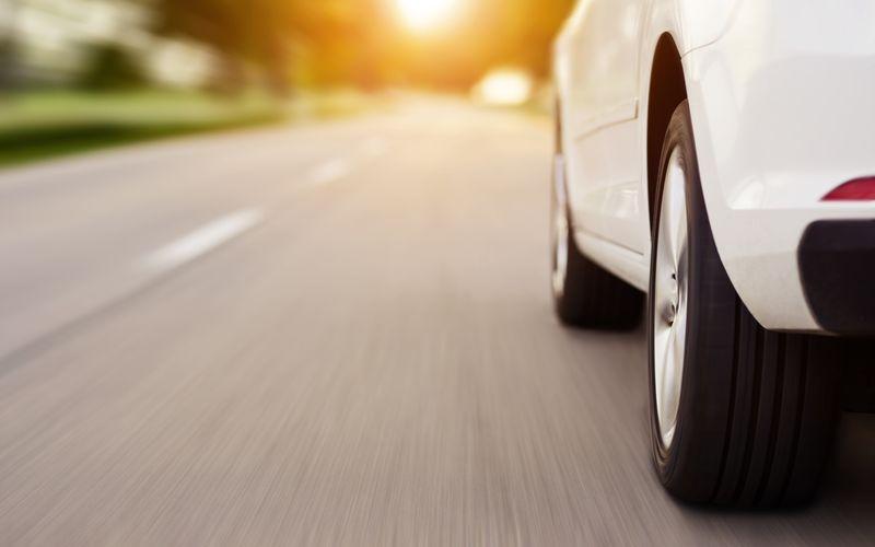 Sie sitzen im Auto, rasen über die Autobahn oder verlieren womöglich auf der Landstraße die Kontrolle über Ihr Fahrzeug. Nach der verbreiteten Meinung von Traumdeutern repräsentieren Autos Ihren eigenen Körper und seinen Gesundheitszustand. Leben Sie vielleicht zu sehr auf der Überholspur? Sollten Sie eventuell im Job einen Gang herunterschalten und Ihrem Körper eine Pause gönnen?