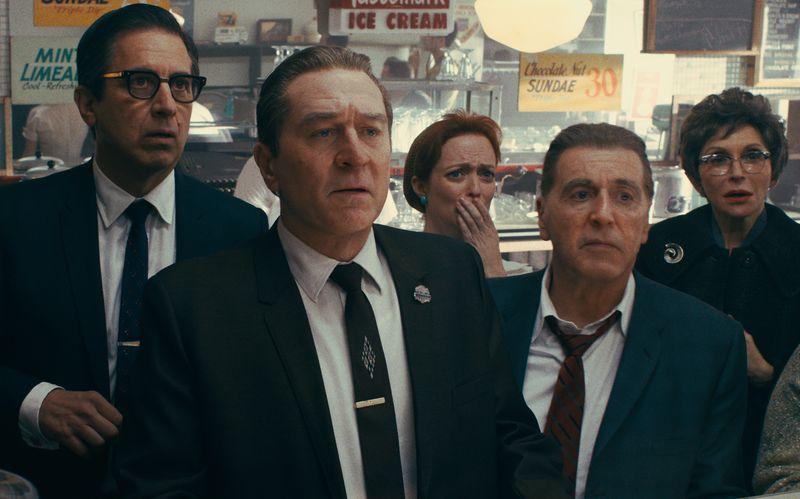 """Zugegeben: Auf den ersten Blick fällt die Veränderung vielleicht nicht gleich auf. Und doch haben Netflix und Regisseur Martin Scorsese tief in die teure Trickkiste gegriffen, um die beiden Hauptdarsteller von """"The Irishman"""" - Robert De Niro (zweiter von links) und Al Pacino (rechts) - für viele Szenen digital zu verjüngen."""