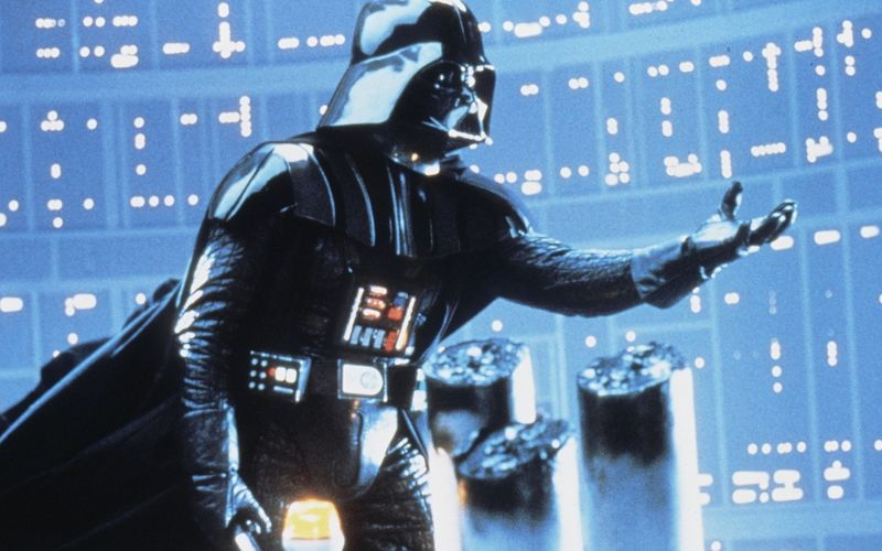 """Die Welt ist seit über 40 Jahren fest im Griff der """"Star Wars""""-Saga. Doch beinahe wäre es nicht dazu gekommen. Warum das so war, wer bei seinem Gast-Auftritt völlig blau war und zahlreiche andere irre Fakten über das kontinuierlich ausgebaute Science-Fiction-Epos erfahren Sie hier!"""