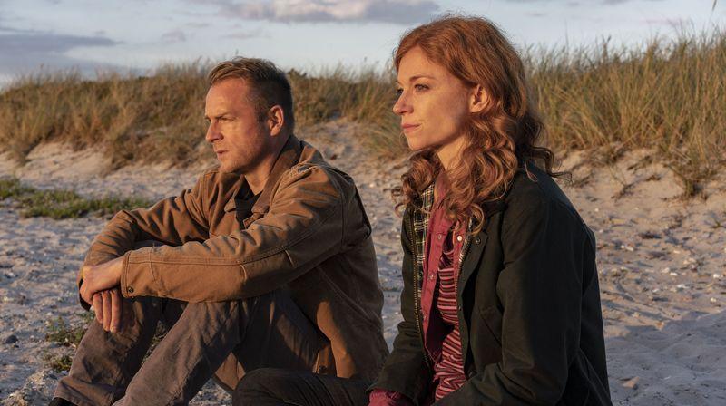 Hauke (Hinnerk Schönemann) und Jule (Marleen Lohse) bangen um Lona Vogt, die nach einem Bombenanschlag im Koma liegt.