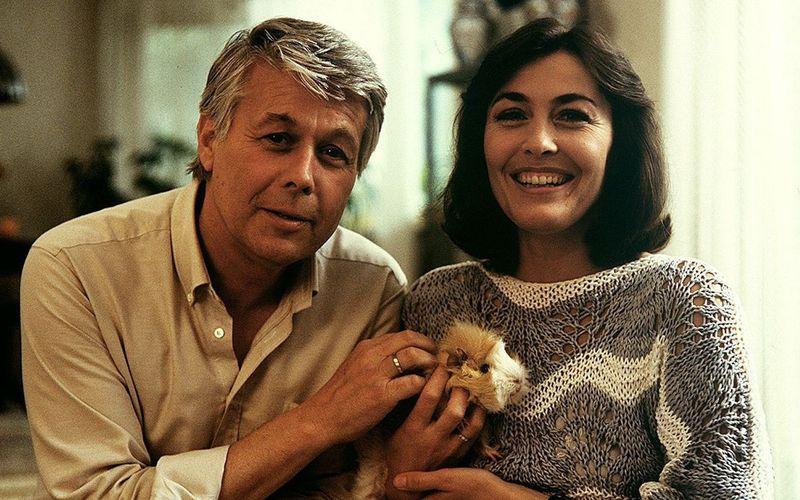 """Nicht nur Meerschweinchen """"Bommel"""" fühlte sich hier pudelwohl. Wenn Peter Weck und Thekla Carola Wied als Werner und """"Angi"""" ihr Wohnzimmer öffneten, strömten regelmäßig über 20 Millionen ZDF-Zuschauer hinein. Was wurde aus den beiden und den anderen Stars der 80er-Jahre-Straßenfegerserie """"Ich heirate eine Familie""""?"""
