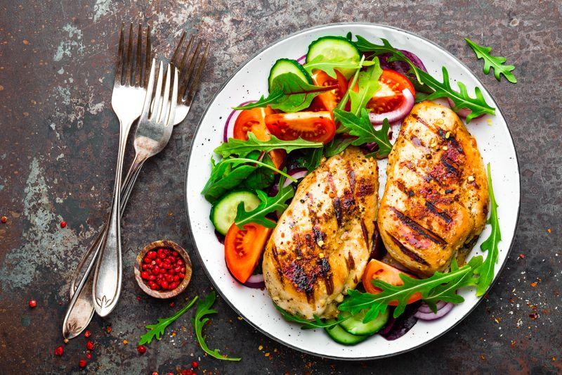 Allerdings sollte eines klar sein: besonders rotes Fleisch hat immer mehr Kalorien als Obst und Gemüse. Am besten greifen Sie bei den Fleischsorten zu einer mageren Hähnchenbrust, denn die hat etwa 75 Kalorien pro 100 Gramm.