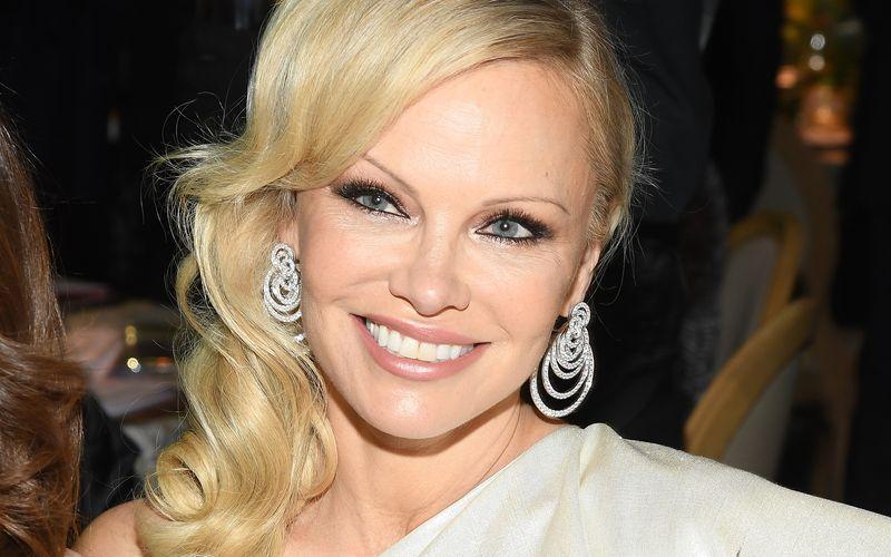 Ist das ein neuer Promi-Rekord? Am 20. Januar 2020 verkündete Pamela Anderson, dass sie den Film-Produzenten Jon Peters geheiratet habe, um nur zwölf Tage später zu verkünden, dass man die Anerkennung der Eheurkunde doch zunächst einmal aufschiebe.