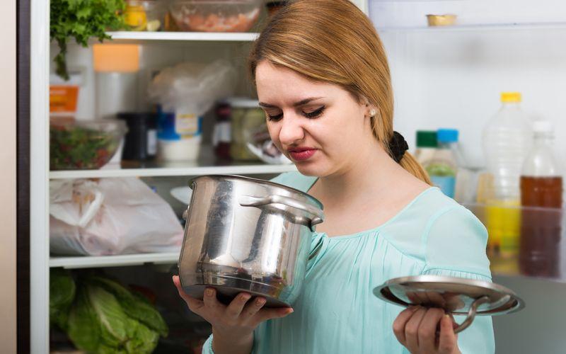 Aus Sorge vor gesundheitlichen Folgen werden viel zu viele Lebensmittel zu früh entsorgt. Sollten Sie einmal vergessen haben, etwas in den Kühlschrank zu stellen, prüfen Sie mit Ihren Sinnen die Genießbarkeit: Schauen Sie das Gericht zunächst an. Danach riechen Sie daran und probieren eine kleine Menge. Stellen Sie keine Veränderungen zum Ursprungszustand fest, ist die Speise weiterhin genießbar. Andernfalls sollten Sie auf den Verzehr verzichten.