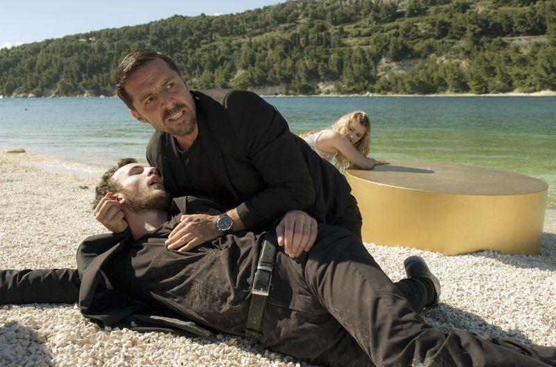 Sicherheitschef Ivica (Filip Juričić) hält den sterbenden Bodyguard Duje (Luka Čerjan, liegend) im Arm.
