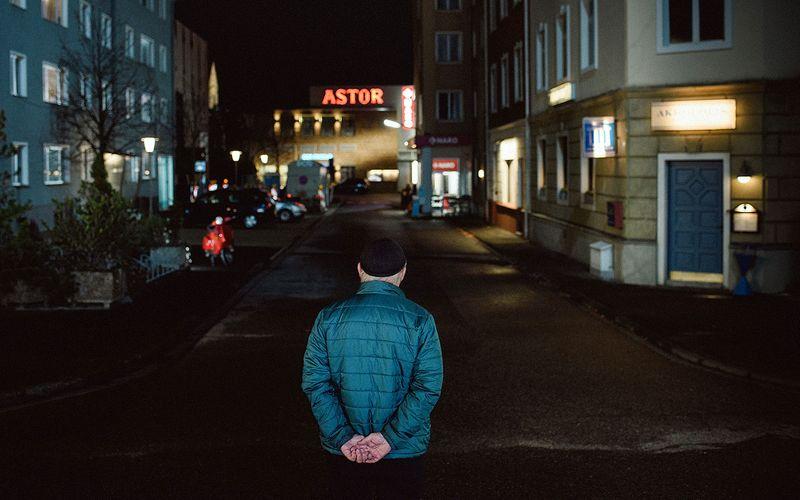 """Was für ein Bild: Hans W. Geißendörfer blickt noch einmal auf sein Lebenswerk. Auch der Produzent und Erfinder der ARD-Serie """"Lindenstraße"""", der am 6. April sein 80. Lebensjahr vollendet, verabschiedete sich Ende März 2020 mit der letzten Folge von einer TV-Ära. Schwacher Trost: Immerhin stimmte zum Schluss noch einmal die Quote. 4,09 Millionen Fans schalteten ein."""
