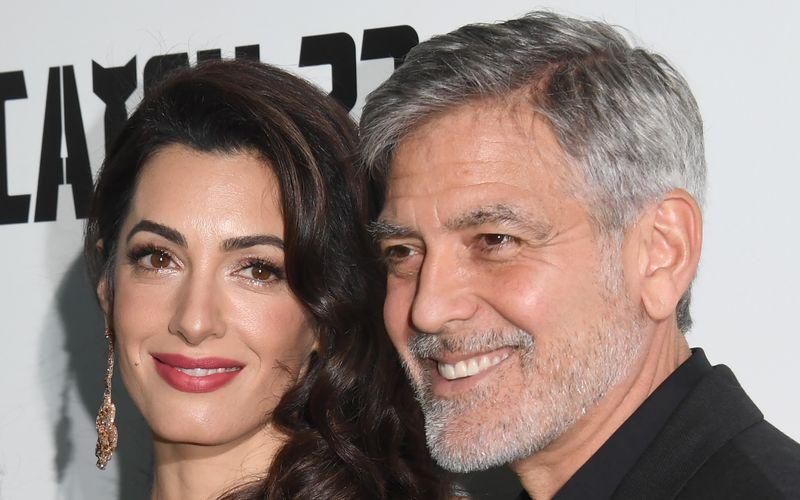 Im Juni 2017 wurden George Clooney und seine Frau Amal Eltern von Zwillingen. Ella und Alexander heißen die beiden Knirpse, die das Paar auf Trab halten. Und sie sind nicht die einzigen Promis, die gleich doppeltes Babyglück hatten ...