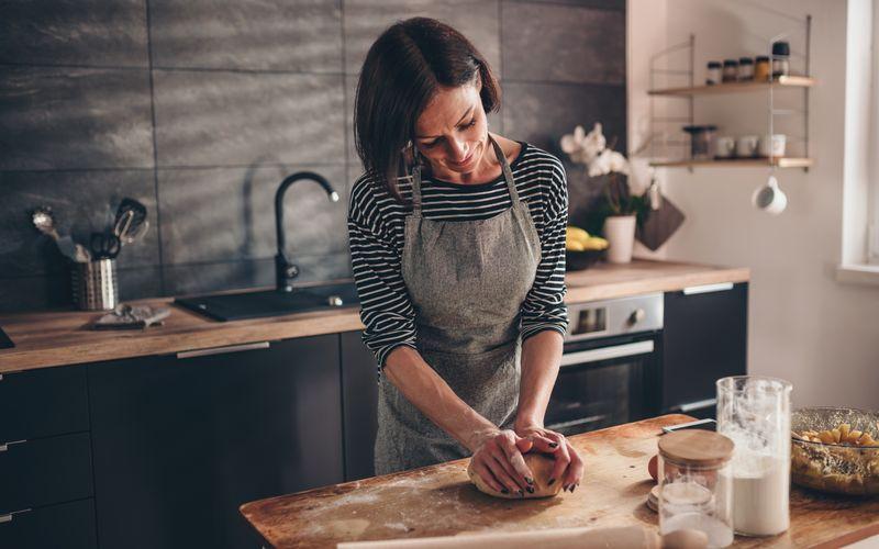 Sich sein eigenes Brot zu backen nimmt zu viel Zeit in Anspruch? Das muss nicht sein: Bei manchen Rezepten gelingt die Zubereitung mit nur wenigen Handgriffen. Noch dazu können Sie sich in der Zeit, in der der Teig bäckt oder ruht, wunderbar anderen Dingen widmen. Die nachfolgenden Rezepte lassen sich leicht nachbacken und nach Belieben verändern.