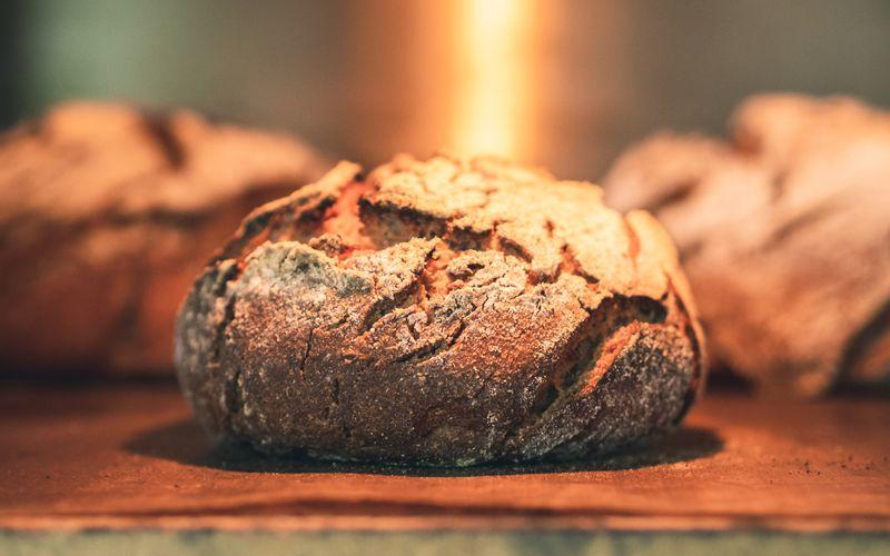 Plätzchen, Torten und Kuchen backen viele. Doch wie sieht es mit Brot aus? Immer mehr Menschen interessieren sich dafür, ihr Lieblingsbrot selbst zu backen. Aber wie geht das eigentlich? Wir zeigen Ihnen die einfachsten und besten Rezepte für verschiedene Arten von Brot - mit und ohne Hefe.