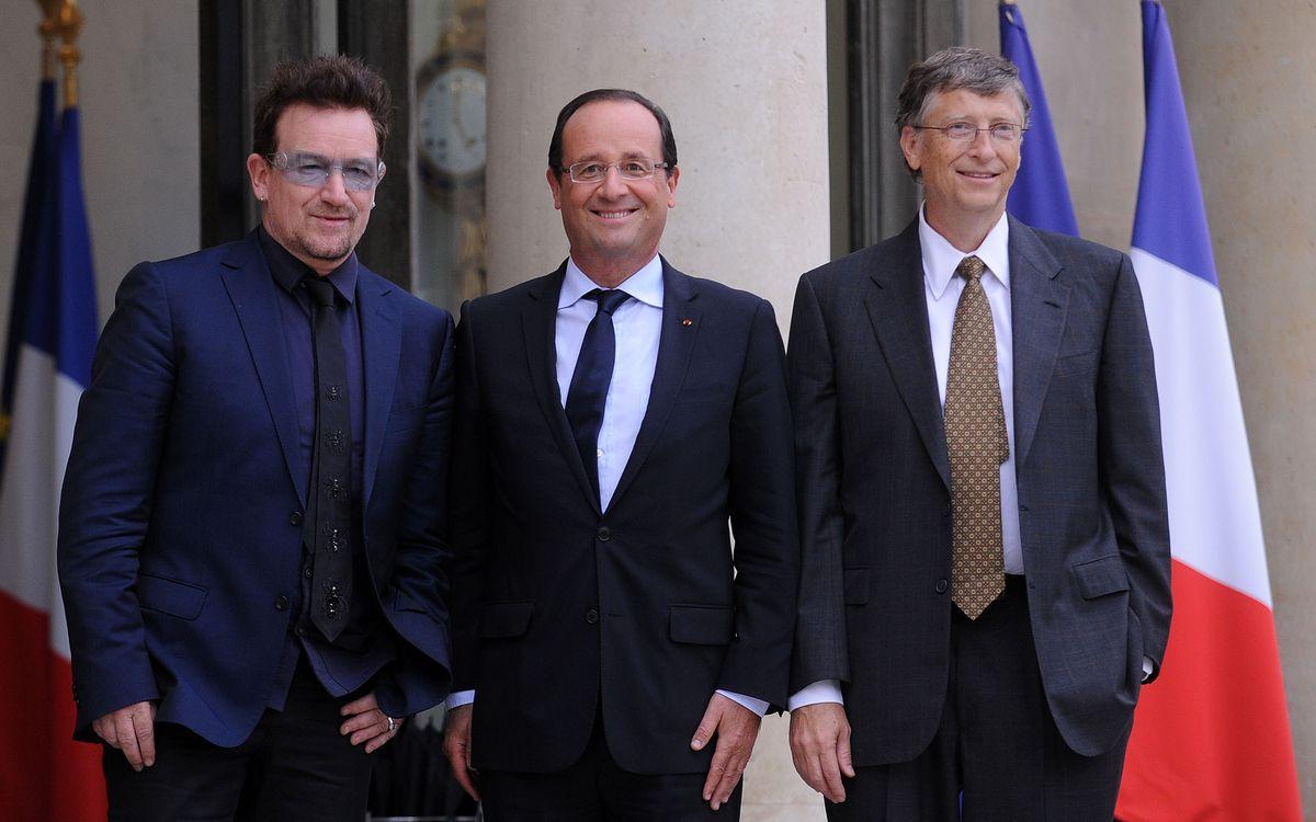 Die Bekämpfung von AIDS und der Schuldenerlass für Dritte-Welt-Länder - das sind seit jeher Bonos große Themen. Der Sänger wurde 2005 auch schon als neuer Weltbank-Chef vorgeschlagen. Im Bild: Bono (links) mit dem ehemaligen französischen Staatspräsidenten Francois Hollande (Mitte) und Microsoft-Gründer Bill Gates im Pariser Élysée-Palast, 2012.
