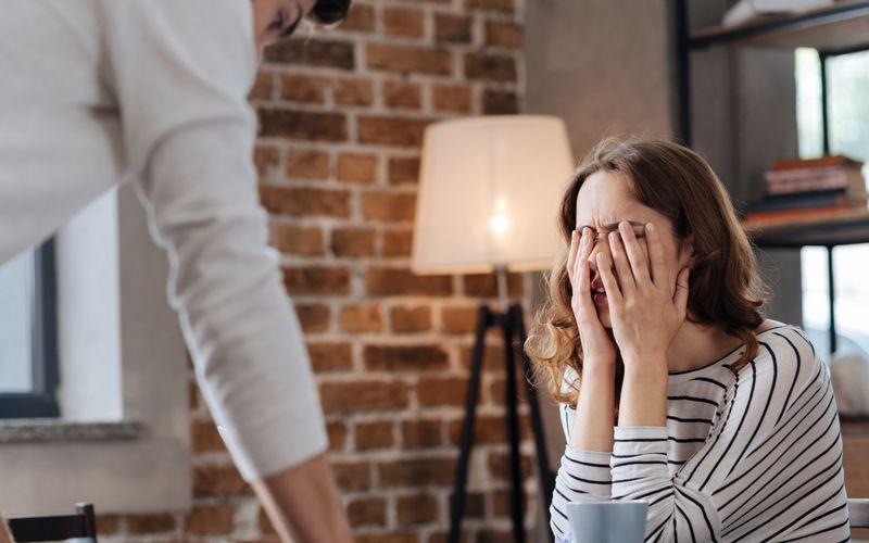 Viele wählen die vermeintlich leichtere Variante und gehen ihren Problemen einfach aus dem Weg. Dabei ist es nicht ratsam, Probleme totzuschweigen. Konstruktives Streiten ist sehr wichtig, besonders für Paarbeziehungen. Ein falsches Harmoniebedürfnis kann dazu führen, dass Bedürfnisse und Wünsche vernachlässigt werden.