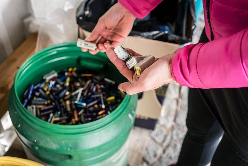 Leere Batterien entsorgen manche Menschen einfach im Restmüll. Doch das ist falsch! Stattdessen sollten Sie die Batterien besser an einer extra Sammelstelle abgeben: Entsprechende Behälter gibt es in vielen Supermärkten, Drogerien oder auch Tankstellen. Die Entsorgung ist selbstverständlich kostenlos.